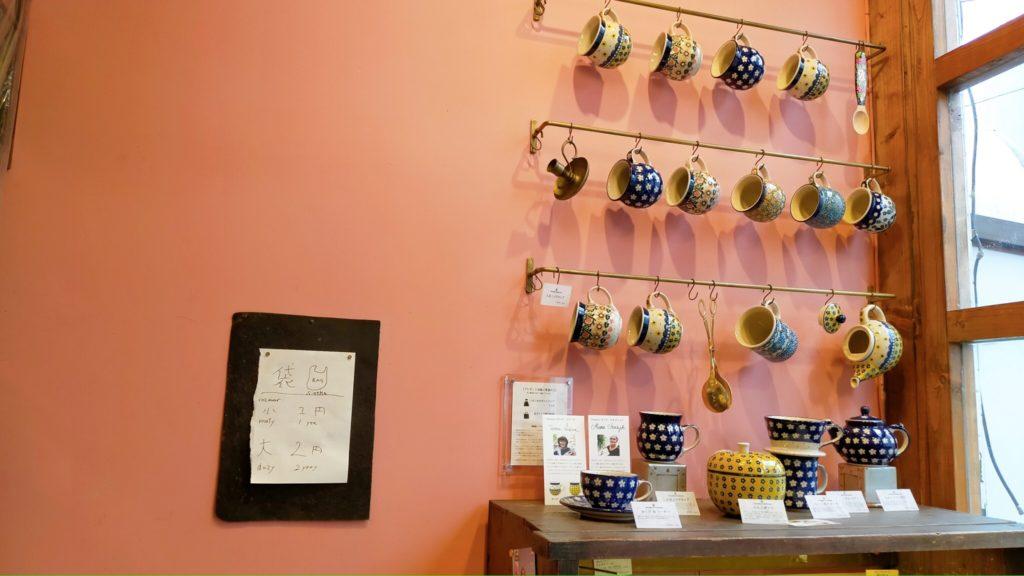壁に飾られたマグカップ